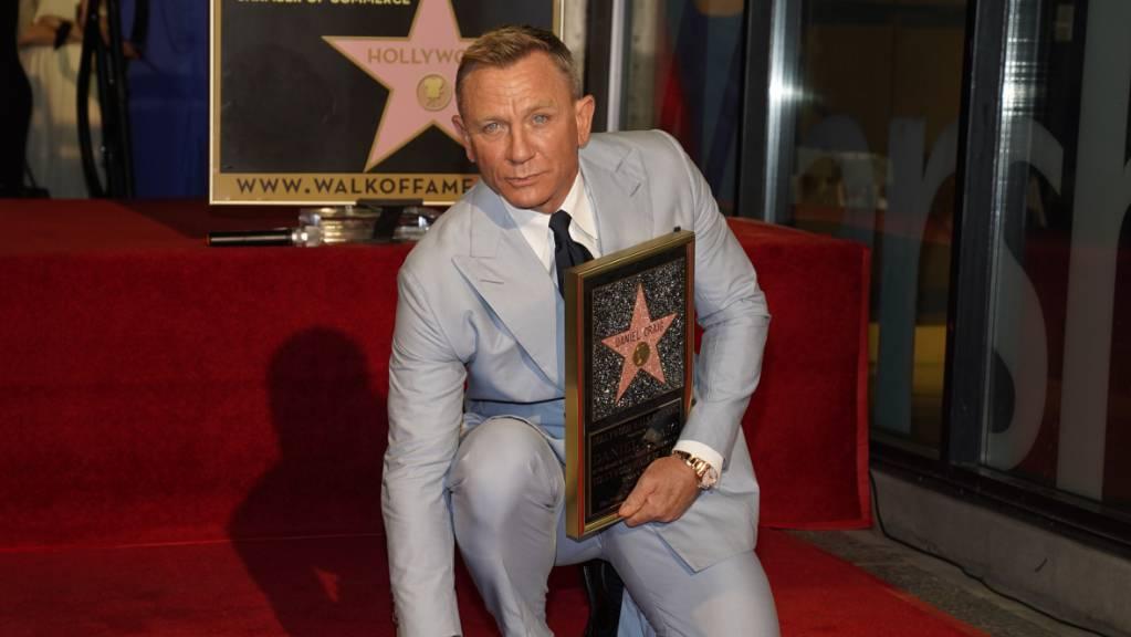 dpatopbilder - Daniel Craig posiert auf seinem neuen Stern auf dem Hollywood Walk of Fame während einer Zeremonie zu seinen Ehren. Der James-Bond-Darsteller sagte am Mittwochabend (Ortszeit), es mache ihn sehr glücklich, auf dem Bürgersteig von all diesen Legenden umgeben zu sein. Foto: Chris Pizzello/Invision via AP/dpa