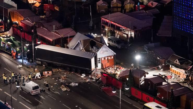 Ein Lastwagen rast um 20.02 Uhr auf den Weihnachtsmarkt an der Berliner Gedächtniskirche.