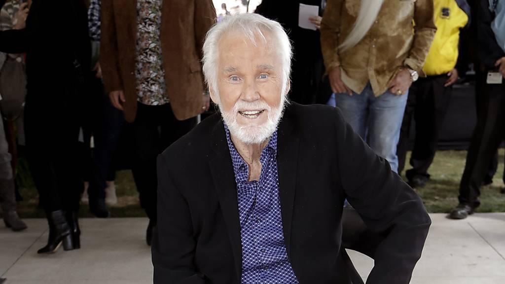 Country-Sänger und Kenny Rogers stirbt mit 81 Jahren