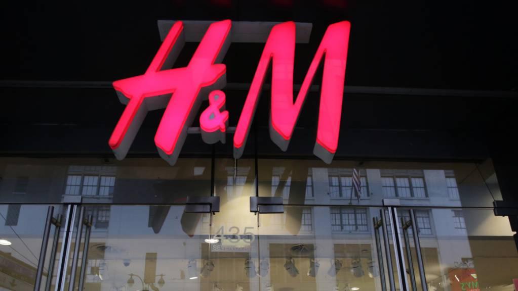 Scharfer Wettbewerb in der Modebranche: Etwa im Online-Vertrieb hinkte H&M in den vergangenen Jahren hinterher. (Archivbild)