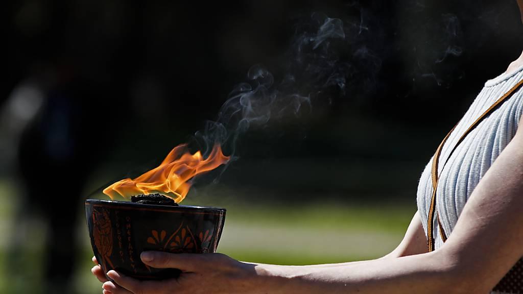Übergabe des olympischen Feuers im kleinen Rahmen