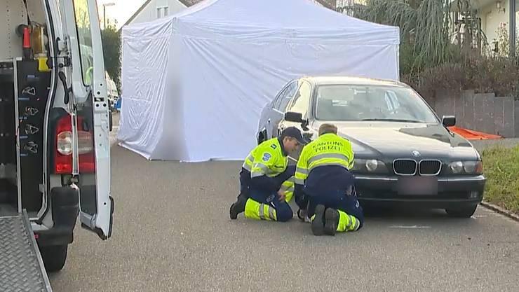 Nach dem Unfall: Aargauer Kantonspolizisten untersuchen das Fahrzeug.