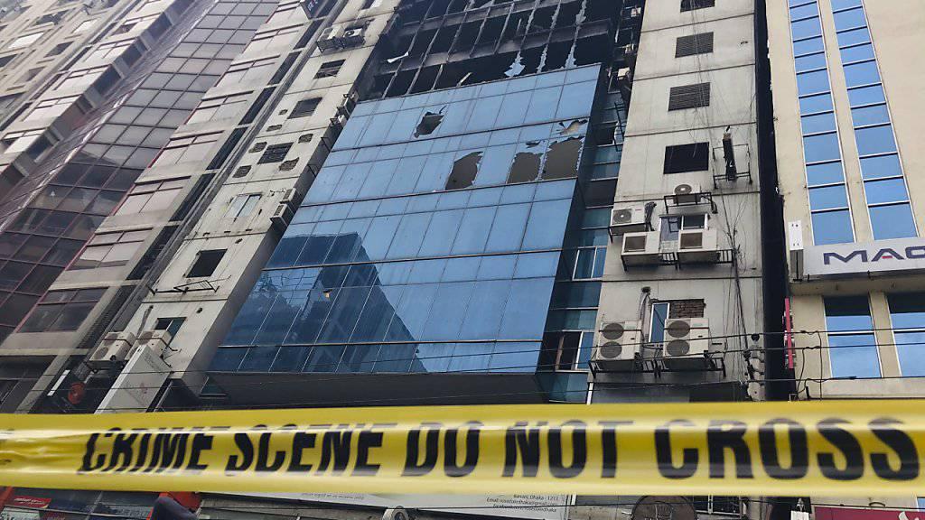 Bei einem Hochhausbrand in Dhaka sind nach jüngsten Angaben 25 Menschen ums Leben gekommen - das Haus brannte teilweise aus.