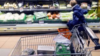 Mit Lebensmitteln gefüllter Einkaufswagen (Symbolbild)