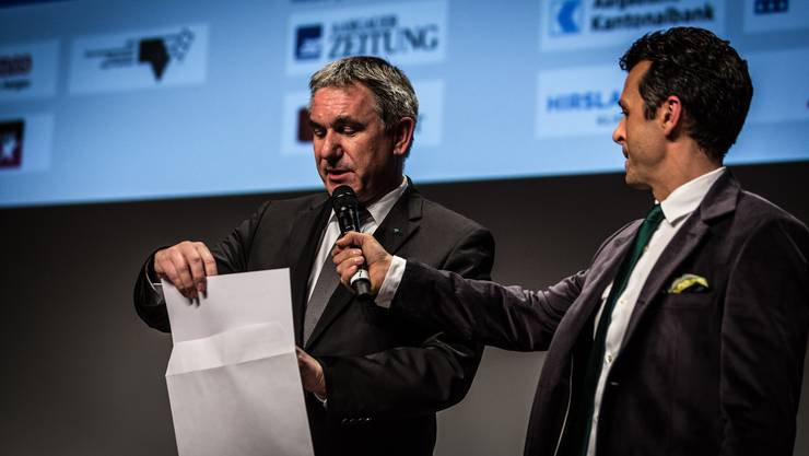 Sportminister Alex Hürzeler öffnet als Höhepunkt der Sport-Gala das Couvert mit dem Namen des neuen Aargauer Sportlers des Jahres 2014.