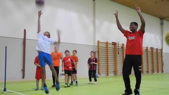 Basketballtraining im Schulhaus Wolfsmatt mit US-Profis