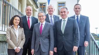 Der Regierungsrat wieder komplett: Staatsschreiberin Vincenza Trivigno, Markus Dieth, Urs Hofmann, Stephan Attiger, Alex Hürzeler und Jean Pierre Gallati.