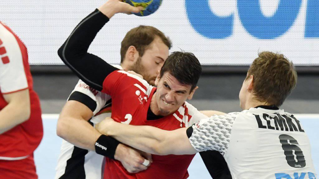 Der Schweizer Star Andy Schmid im Dreikampf mit zwei Deutschen