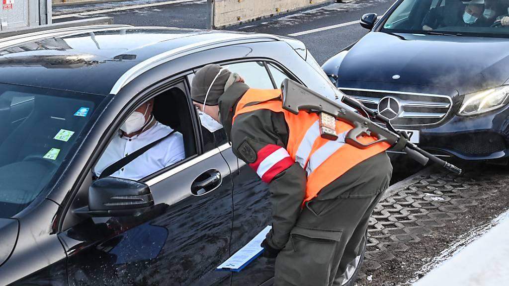 Ein Autofahrer wird bei seiner Ausreise aus Tirol an der Grenze zu Deutschland bei Kufstein konbtrolliert. Foto: Liebl Daniel | Zeitungsfoto.At/APA/dpa