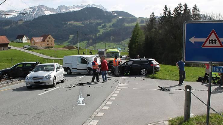 Beim Auffahrunfall zwischen Appenzell und Meistersrüte wurden vier Personen verletzt. Weil ein Auto das Geleise der Appenzeller Bahn blockierte, kam es zu einem zweistündigen Bahnunterbruch.