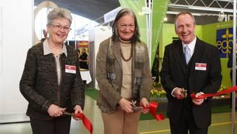 Irene Froelicher (Präsidentin Pro Holz Kanton Solothurn), flankiert von der Eigenheim-Messeleitung mit Monika und Benno Krämer.
