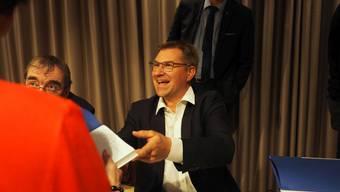 SVP-Sonnenschein Toni Brunner kam, sah und signierte. Im Hintergrund Thomas de Courten..