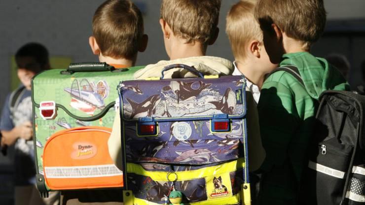 Für viele Kinder ist der Schulweg spannend. Gerade kleine Kinder verhalten sich im Strassenverkehr aber oftmals überraschend und setzen sich damit Gefahren aus. (Symbolbild)