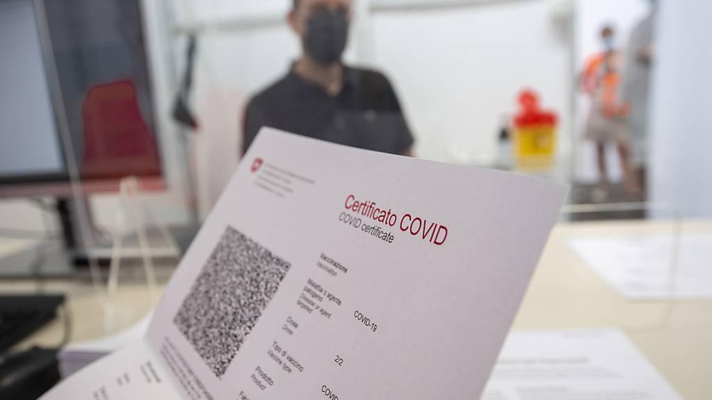 Wird der Corona-Test für ein Zertifikat gebraucht, soll er kosten. Das findet eine Mehrheit in der Schweiz, wie eine Umfrage zeigt. (Archivbild)