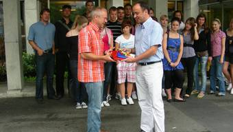 Schlussempfang Wettingens: Gemeindeammann Markus Dieth (rechts) verabschiedet vor dem Rathaus Lehrer Uwe Frenzel und die Schüler und Schülerinnen aus Deutschland.