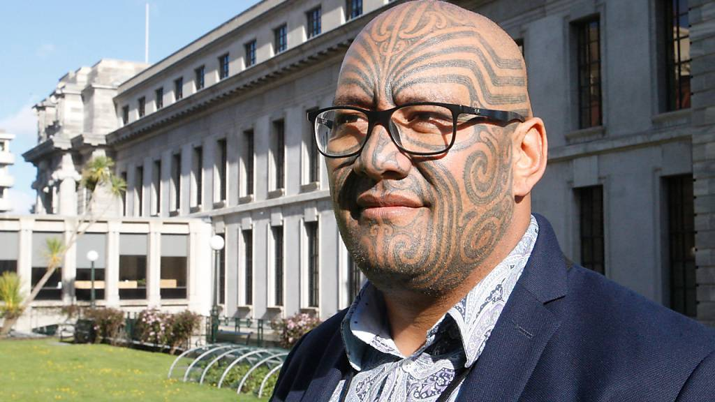 ARCHIV - Rawiri Waititi, Co-Vorsitzender der Maori-Partei, steht für ein Foto vor dem neuseeländischen Parlament. Waititi hatte sich geweigert, der Krawattenpflicht im Parlament nachzukommen. Nun wurde die langjährige Kleidervorschrift beendet, die Waititi als «koloniale Schlinge» bezeichnet. Foto: Nick Perry/AP/dpa