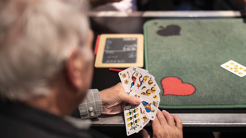Senioren am Jassen: Der Kanton Luzern erhöht die Ergänzungsleistungen für Heimbewohner. (Archivaufnahme)