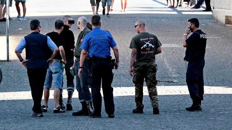 Polizisten mit den fünf an der Schlägerei beteiligten Rechtsradikaler vor der Kreuzackerbrücke. Erst nachdem dieses Bild entstanden ist, kam es zur Auseinandersetzung.
