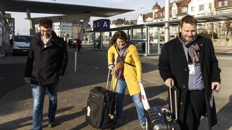 Fernand Melgar trifft mit der Produzentin Joëlle Bertossa in Solothurn ein.