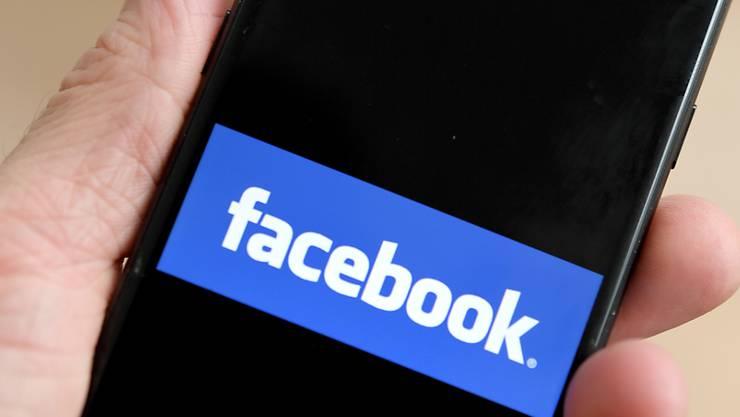 Facebook hat laut britischem Parlament gegen den Datenschutz verstossen. (Archiv)