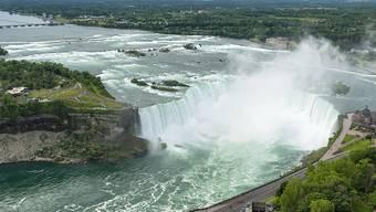 Ein Mann hat einen Sturz von den Niagarafällen überlebt. Die kanadische Polizei konnte den Mann verletzt aus dem Fluss unterhalb der Wasserfälle bergen. (Bild: Warren Toda/EPA Keystone)