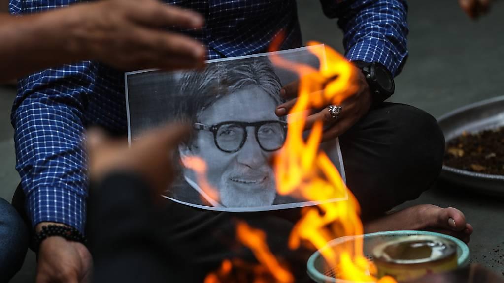 Mit Covid-19 ins Spital eingeliefert: Indische Fans verbrennen in Mumbai ein Bild des Filmstars Amitabh Bachchan während eines Gebets für dessen baldige Genesung.