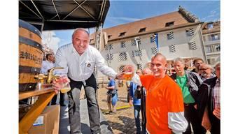 Stadtammann Daniel Moser schenkt am Stadtfest Bier aus. AZ-Archiv/EFU
