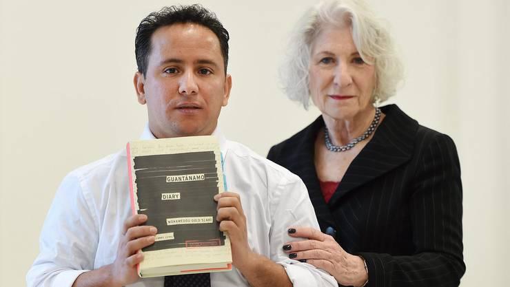 Der Bruder von Mohamedou Ould Slahi und Anwältin Nancy Hollander bei der Vorstellung des Tagebuchs am 20. Januar in London.