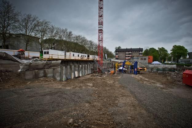 Hinter der Baustellenwand links liegt die Landstrasse