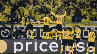 Die YB-Fans jubeln nach dem 2:0 von Guillaume Hoarau gegen Juventus Turin.