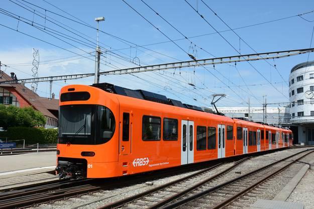 «Worbla» läuft nach dem Abladen in den Bahnhof Worblaufen ein. Insgesamt 14 neue Züge hat der RBS bei Stadler in Bussnang bestellt.