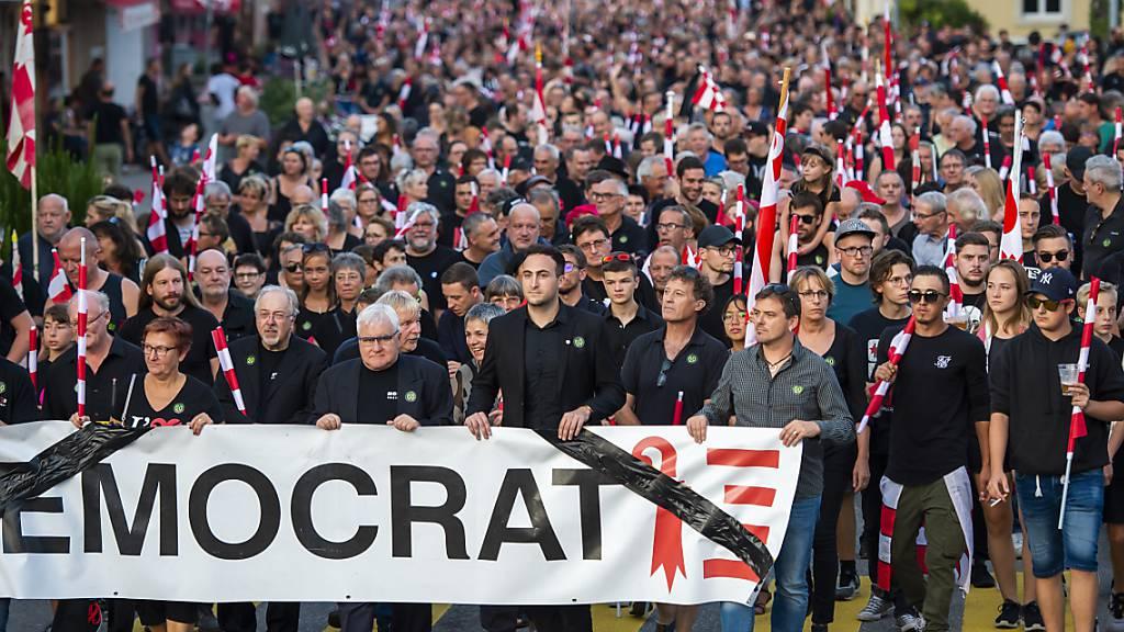 Die Gemeindebehörden von Moutier BE erhalten Sukkurs vom jurassischen Parlament - letzten Freitag gingen Tausende in Moutier auf die Strasse (Archivbild).
