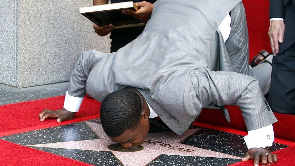Komiker Tracy Morgan küsst seinen neuen Ehren-Stern im Herzen von Hollywood.