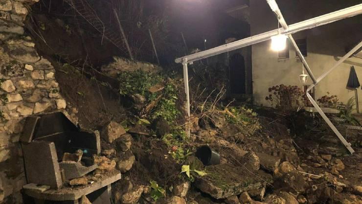 Am Freitagabend ist in Estavayer-le-Lac ein Teil der Terrasse eines Wohnhauses beschädigt worden, weil eine Stützmauer einstürzte.