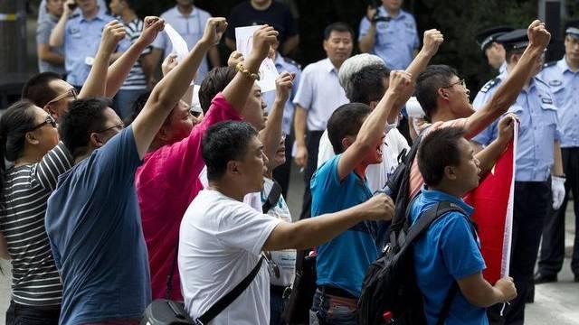 Chinesische Nationalisten protestieren vor der japanischen Botschaft in Peking