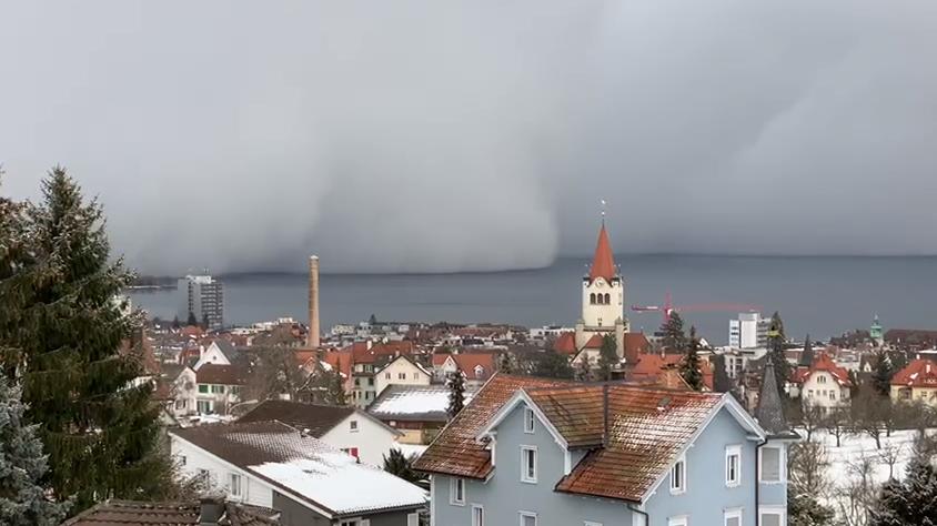 Video: Hier rollt eine Schneewolke über den Bodensee
