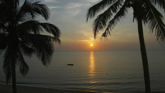 Sonnenaufgang an einem Strand in Mosambik
