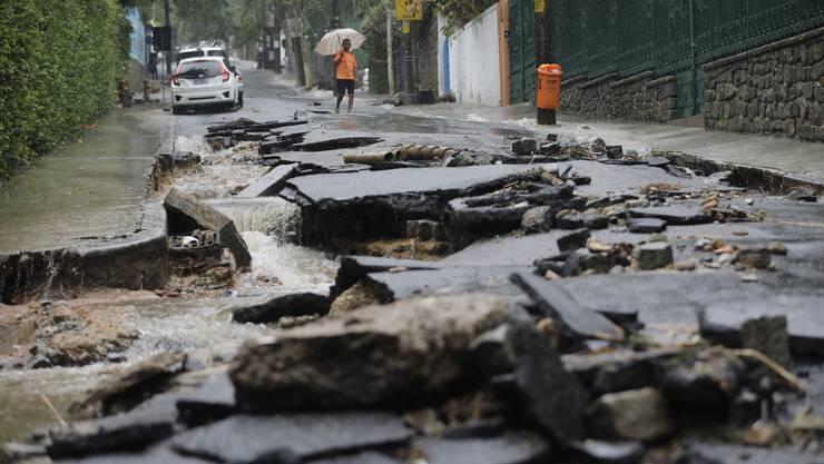 In der brasilianischen Millionenmetropole Rio de Janeiro sind bei Überschwemmungen und Erdrutschen mindestens zehn Menschen ums Leben gekommen.