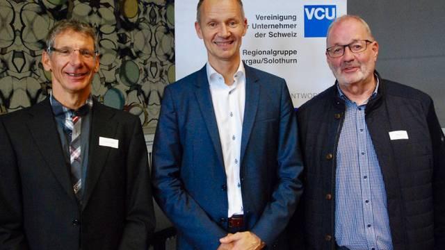 Dr. Daniel Kalt (Mitte), Chefökonom der UBS, referierte in Aarau vor der VCU Aargau/Solothurn über die Zukunft des Finanzplatzes Schweiz. Hier mit Christoph Schenker, Programmverantwortlicher der VCU (links), und Max Zeier, Präsident der VCU.