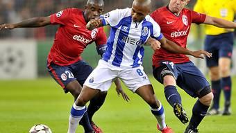 Portos Brahimi setzt sich gegen Lilles Mavuba und Balmont durch.