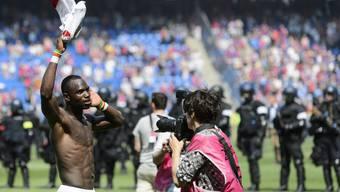 Während Moussa Konaté den Cupsieg feiert, macht sich im Hintergrund die Polizei bereit.