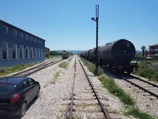 Der Bahnverkehr spielt in Albanien nur eine sehr untergeordnete Rolle, wenn er denn überhaupt funktioniert. Es gibt primär Güterverkehr.
