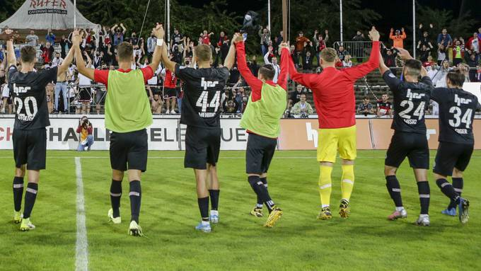 Der FC Aarau hat Grund zum feiern: Trotz dreimaligem Rückstand drehte er die Partie und gewann gegen den Leader mit 5:4.