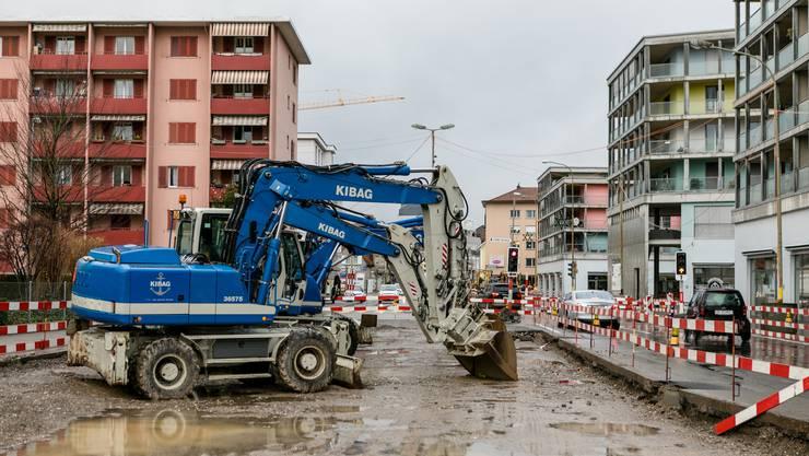 Grund für die Verkehrsumleitung auf die Schöneggstrasse ist die Limmattalbahn-Baustelle auf der Zürcherstrasse.