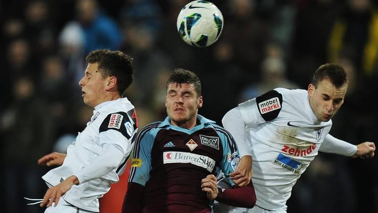 FC-Basel-Leihgabe Pascal Schürpf (Mitte) behauptete sich am Montag mit seiner AC Bellinzona im Spitzenspiel gegen den FC Aarau.