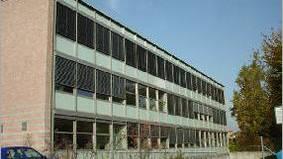 Hier drangen die Einbrecher gewaltsam ein und entwendeten Bargeld und elektronische Geräte (Foto: Website der Schule)