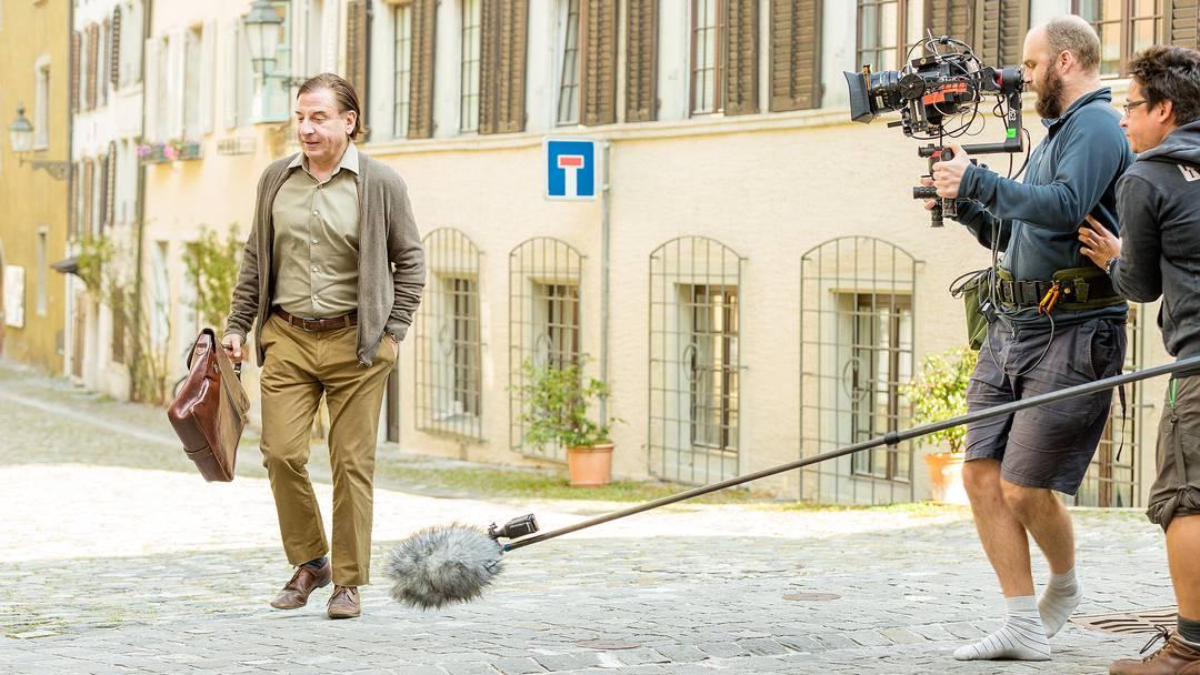 «Und Action!»: Beim Dreh in Baden spaziert Beat Schlatter durch die Altstadt, bei Minute 00:25 begegnet er Statist Hermann Zünd.