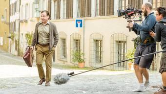 «Und Action!»: Beim Dreh in Baden spaziert Beat Schlatter durch die Altstadt, bei Minute 01:08 begegnet er Statist Hermann Zünd.