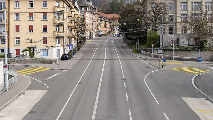 An der Rosengartenstrasse in Zürich ist der Verkehr während der Corona-Krise deutlich zurückgegangen. (Archivbild)