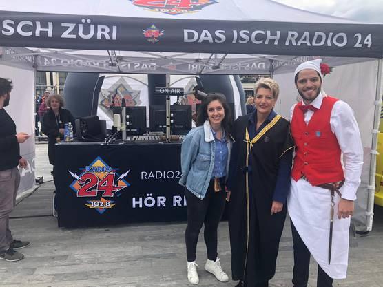 Erster Live-Gast: Karin Keller-Sutter bei Maximilian und Céline in unserem Aussenstudio am Sechseläutenplatz.